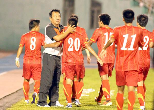 HLV Hoàng Văn Phúc vẫn tỏ ra bình thản dù U23 Việt Nam đang có chuỗi 10 trận liên tiếp bất bại. Ảnh: Quang Nhựt