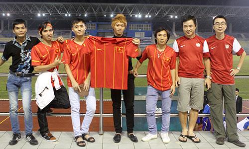 Nhiều bạn trẻ người Việt xin nghỉ làm để đến sân Cheras, Kuala Lumpur, cổ vũ cho đội U19 từ trong nước sang.