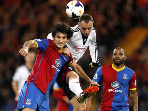 Ở vòng 8, Palace thảm bại 1-4 dưới tay đối thủ cùng thành phố London, Fulham (áo trắng).