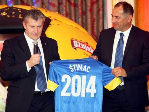 Stimac (phải) bị sa thải khi vẫn còn cơ hội ở vòng play-off để hoàn thành sứ mệnh giúp Croatia dự World Cup 2014  mà Suker và HNS kỳ vọng.