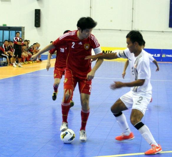 Trung Quốc ( trái) giành chiến thắng trước Hồng Kông