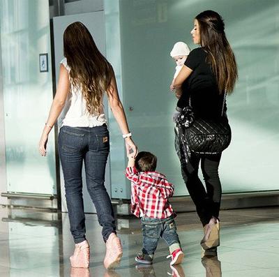 Antonella dắt tay Thiago đi bên cạnh mẹ con Daniella Semaan chuẩn bị lên máy bay.
