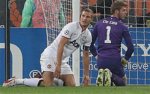 Hàng thủ vốn đã không mạnh của Man Utd có thể sẽ suy yếu hơn nữa nếu vắng những mắt xích như Vidic (áo trắng) hay Rio Ferdinand.