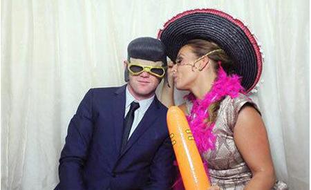 Cặp đôi từ thủa 'thanh mai, trúc mã' vừa khoe những tấm ảnh vui nhộn khi đi đám cưới một người bạn. Rooney và Colen đội tóc giả và đeo những đồ hóa trang hài hước.