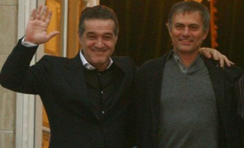 Gigi Becali chụp ảnh thân mật cùng Mourinho. Ảnh: ES.