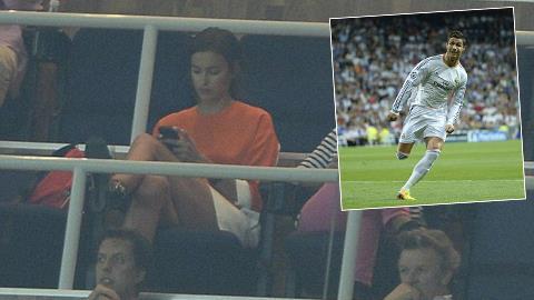 Irina mải mê buôn điện thoại trong ngàu Ronaldo thăng hoa