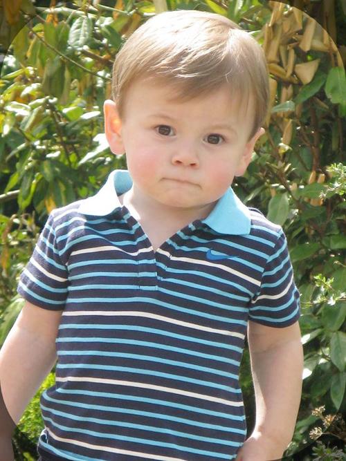 Cậu nhóc Archie có mái tóc vàng giống bố hồi nhỏ nhưng gương mặt tròn và có vẻ giống mẹ nhiều hơn.