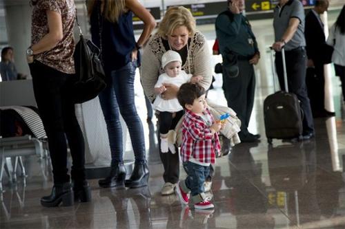 Cầm đồ chơi trên tay, Thiago chạy lũn cũn trong sân bay. Bé yêu của Messi giống bố nhiều hơn giống mẹ, từ khuôn mặt tới thần thái điềm đạm.