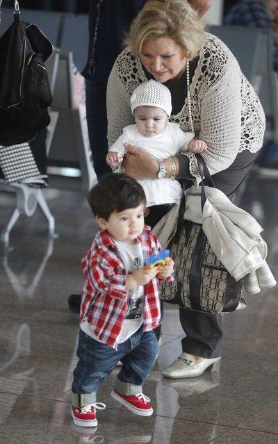 Thiago tự nhiên và bạo dạn, thoải mái đi lại trong sân bay.