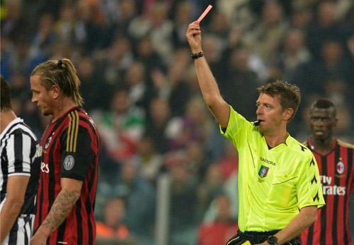 Mexes bị đuổi khỏi sân trong trận đấu với Juventus.