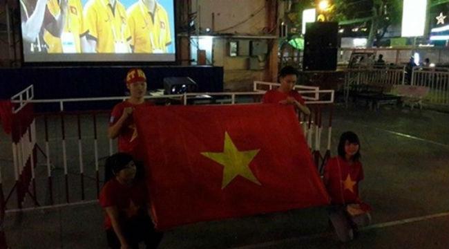 Cổ động viên đội mưa rét đi cổ vũ U23 Việt Nam