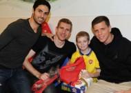 Sao Arsenal đi phát quà Noel cho trẻ em