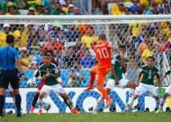 Late Dutch penalty breaks Mexican hearts