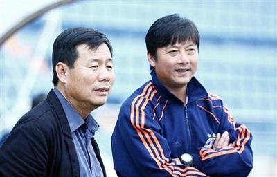 Chủ tịch CLB SHB.Đà Nẵng Bùi Xuân Hòa (trái)