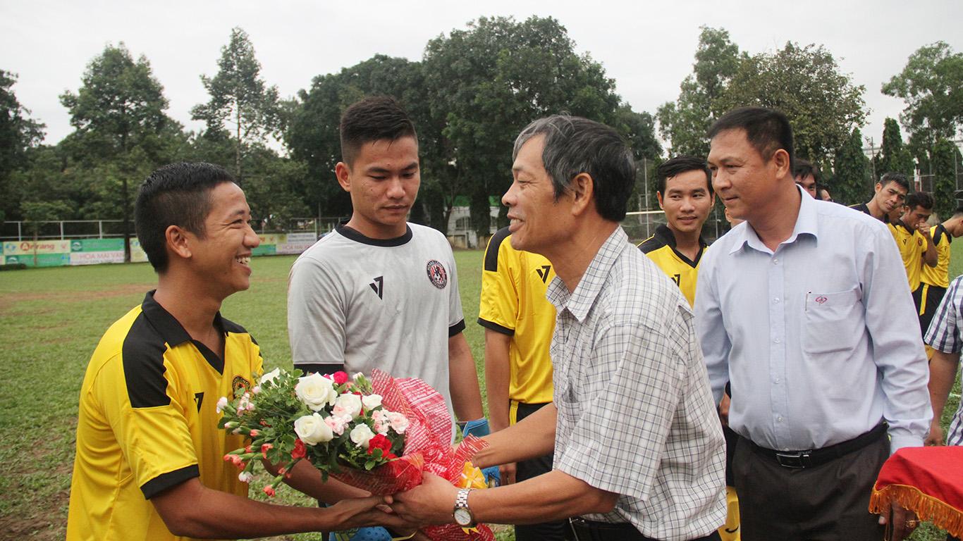 PCT HFF Ngô Lê Bằng và Phó TTK HFF Hoàng Ngọc Tuấn động viên các cầu thủ trước giờ bóng lăn