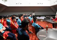 Trưởng đoàn Trần Anh Tú động viên tinh thần tuyển futsal Việt Nam trước trận gặp Panama